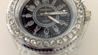 amazonで送料込み240円の光る腕時計